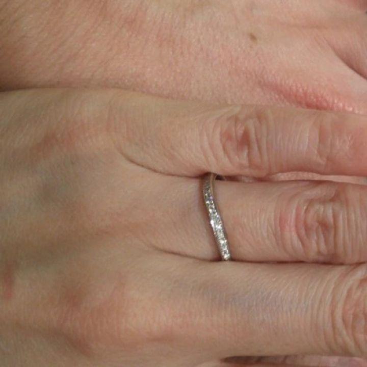 【ギンザタナカブライダル(GINZA TANAKA BRIDAL)の口コミ】 メレダイヤの輝きが綺麗である点や滑らかなカーブラインが指を綺麗に見せ…