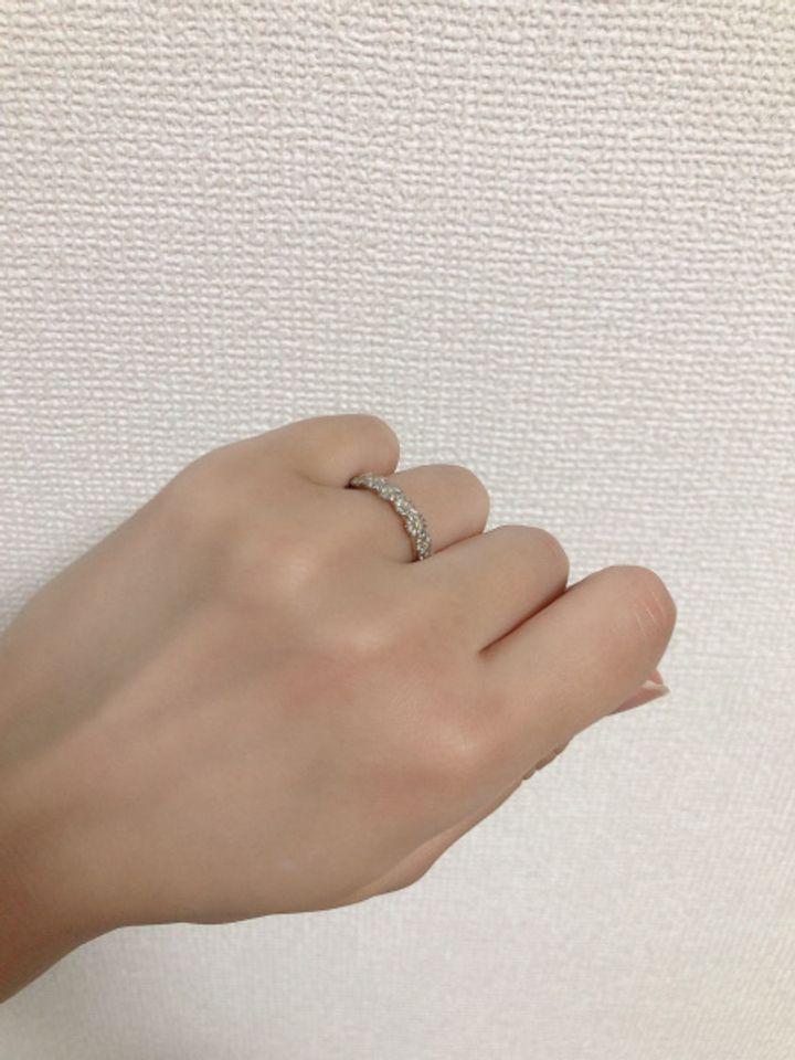 【BELLE BLANCHE(ベルブランシュ)の口コミ】 花の冠のような他にない可愛いデザインです。 このタイプはダイヤなどは …