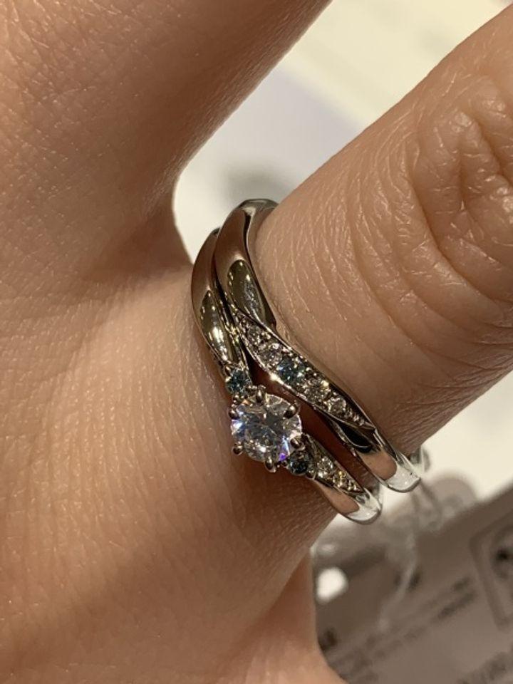 【ジュエリーIKEDA(池田時計店)の口コミ】 シンデレラデザインの指輪で、ブルーダイヤ(天然物ではない)がワンポイ…