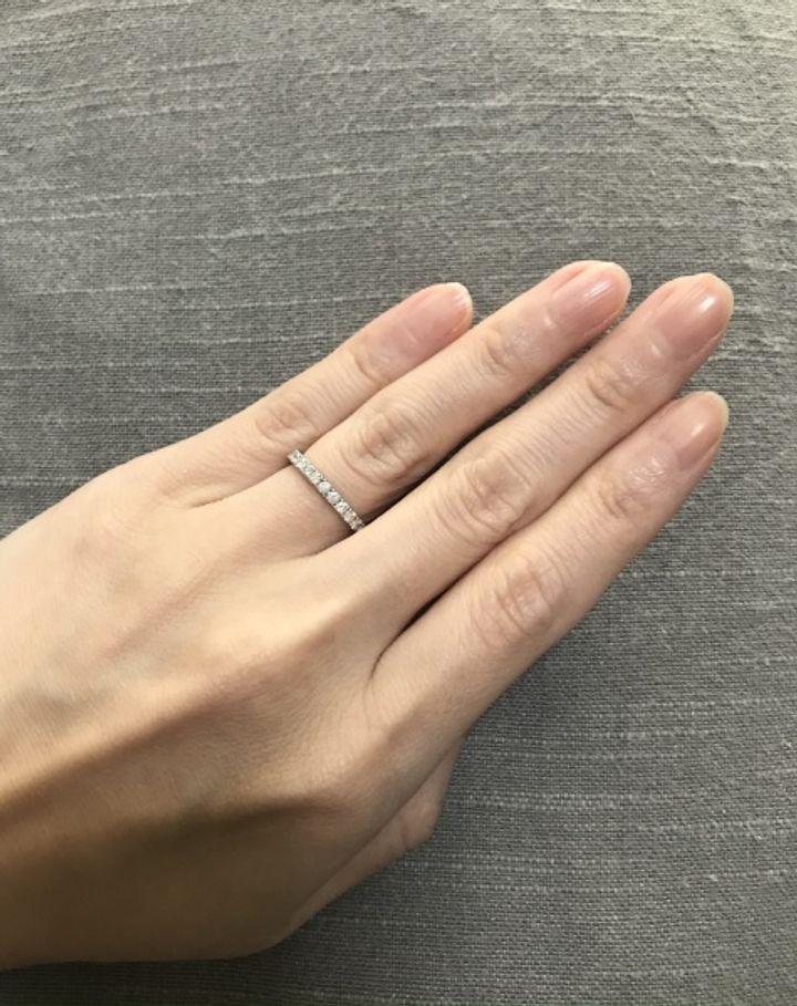 【MAGNOLIA WHITE JEWELRY(マグノリアホワイトジュエリー)の口コミ】 指を細く長く見せてくれるデザインと華奢なアームがダイヤの存在感を引き…