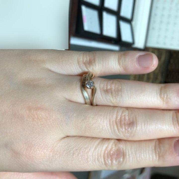 【杢目金屋(もくめがねや)の口コミ】 桜をモチーフにした個性的なデザインの婚約指輪をまず選び、その指輪に合…