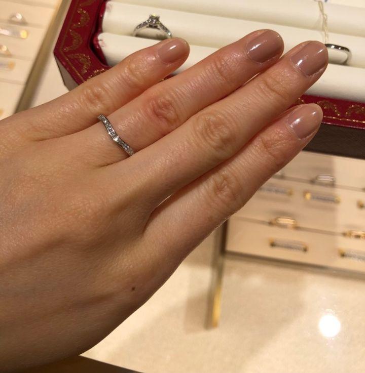 【カルティエ(Cartier)の口コミ】 緩やかなカーブを描き、ダイヤと指を綺麗に見せてくれる点です。ダイヤが…
