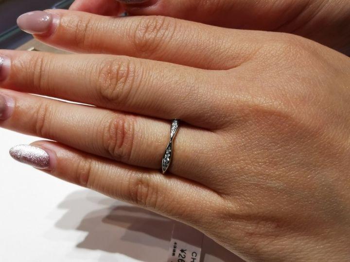【シャネル(CHANEL)の口コミ】 シャネルのカメリアシリーズの結婚指輪です。 上から見るとお花のモチーフ…