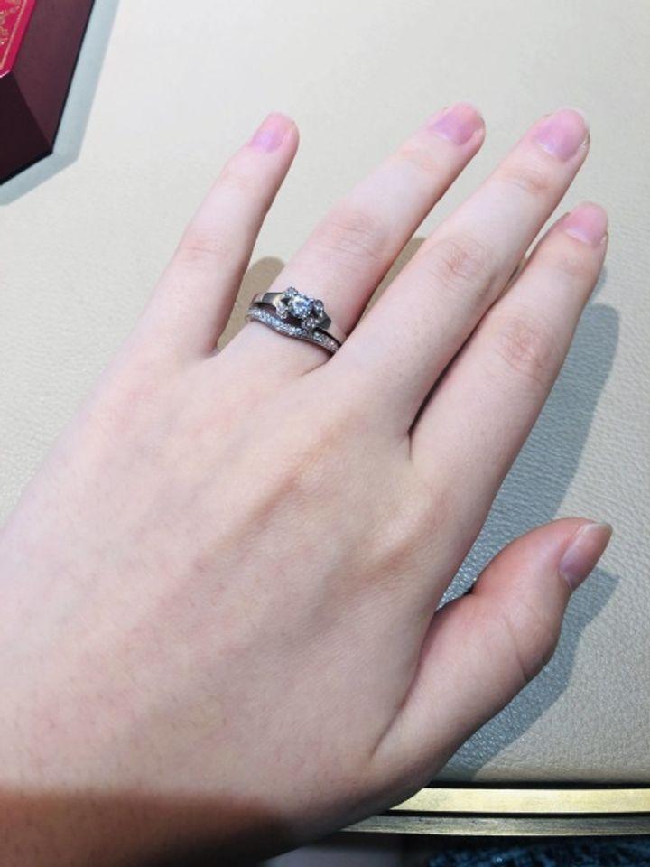【カルティエ(Cartier)の口コミ】 婚約指輪のバレリーナは真ん中のダイヤを囲うように周りに4つのパヴェダイ…