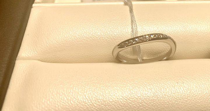 【俄(にわか)の口コミ】 ダイヤモンドのラインが入っているものを探していたので、こちらの指輪も…