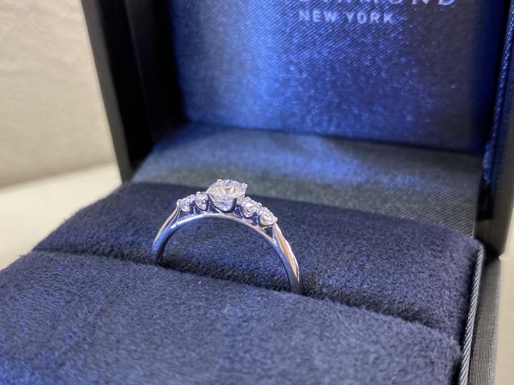 【ラザール ダイヤモンド【取扱店販売】の口コミ】 エンゲージリングは、リングとダイヤを留める爪が細くすっきりとしている…