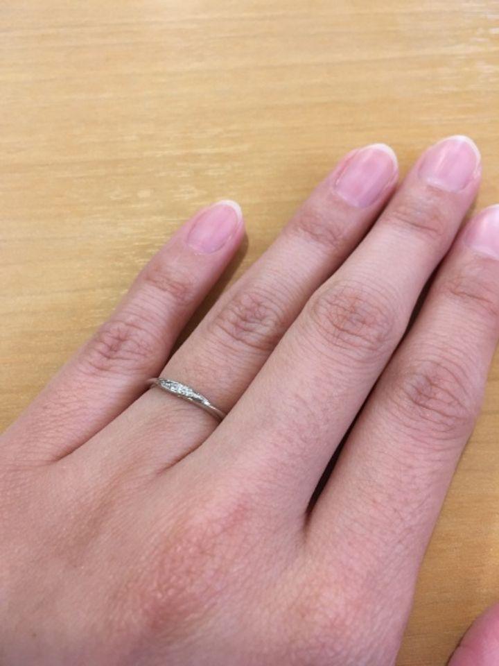 【Love Bond(ラブボンド)の口コミ】 指がかなり細いので、細めの指輪を探していました。 普段から華やかさのあ…