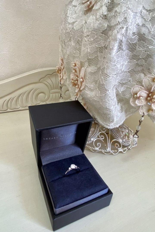 【ラザール ダイヤモンド【取扱店販売】の口コミ】 ダイヤモンドの近くが細いラインになっており、自身の指に合っていたのと…