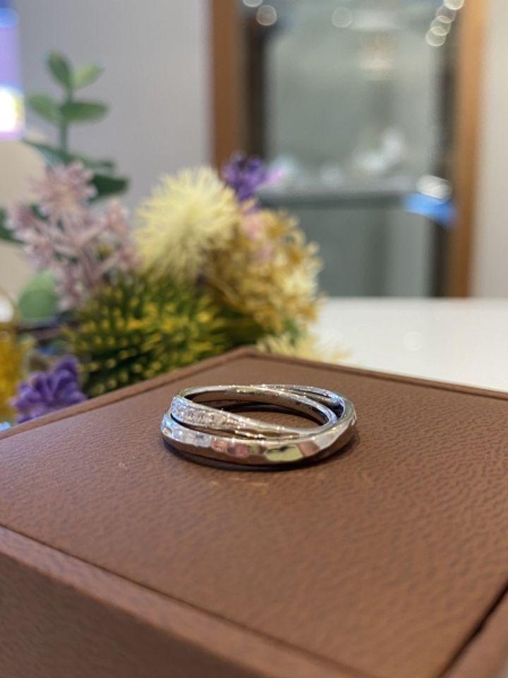 【BAUM(バーム)の口コミ】 指輪の表面のポコポコとした加工が珍しかった。この加工によって光に反射…