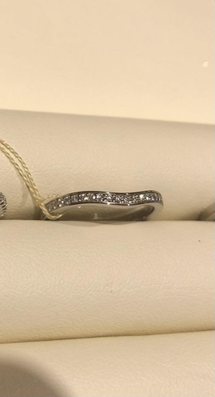 【カルティエ(Cartier)の口コミ】 指輪の半分がダイヤで埋め尽くされており、もう半分はダイヤがついておら…