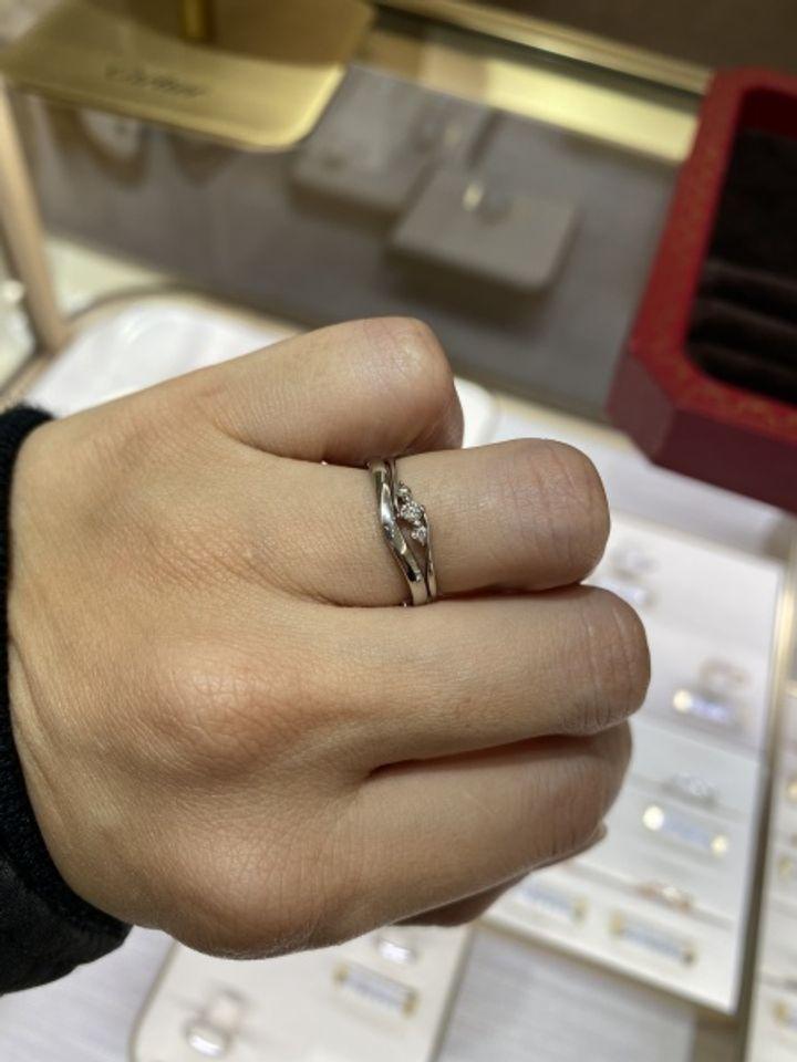 【カルティエ(Cartier)の口コミ】 とてもシンプルで絶妙な曲線がとても気に入りました。 指をキレイに見せて…