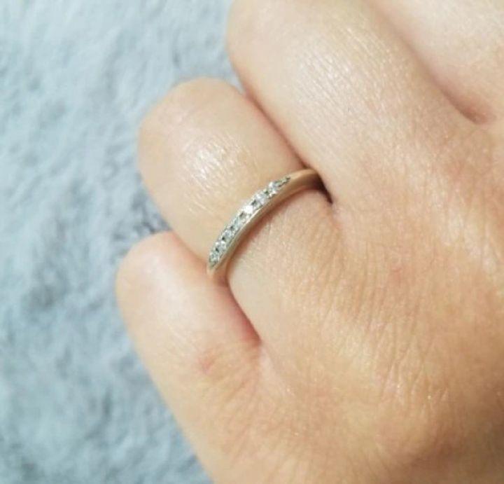 【杢目金屋(もくめがねや)の口コミ】 シンプルな細身のフォルムで杢目模様とダイヤモンドの繊細な輝きの相性が…