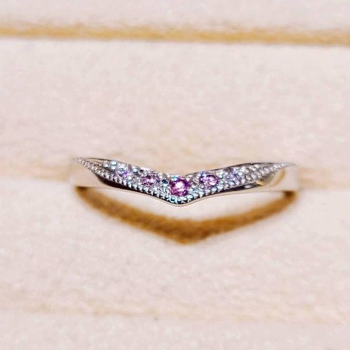 【BELLE BLANCHE(ベルブランシュ)の口コミ】 指を長く見せてくれるV字を選びました。ピンクダイヤモンドの結婚指輪に憧…