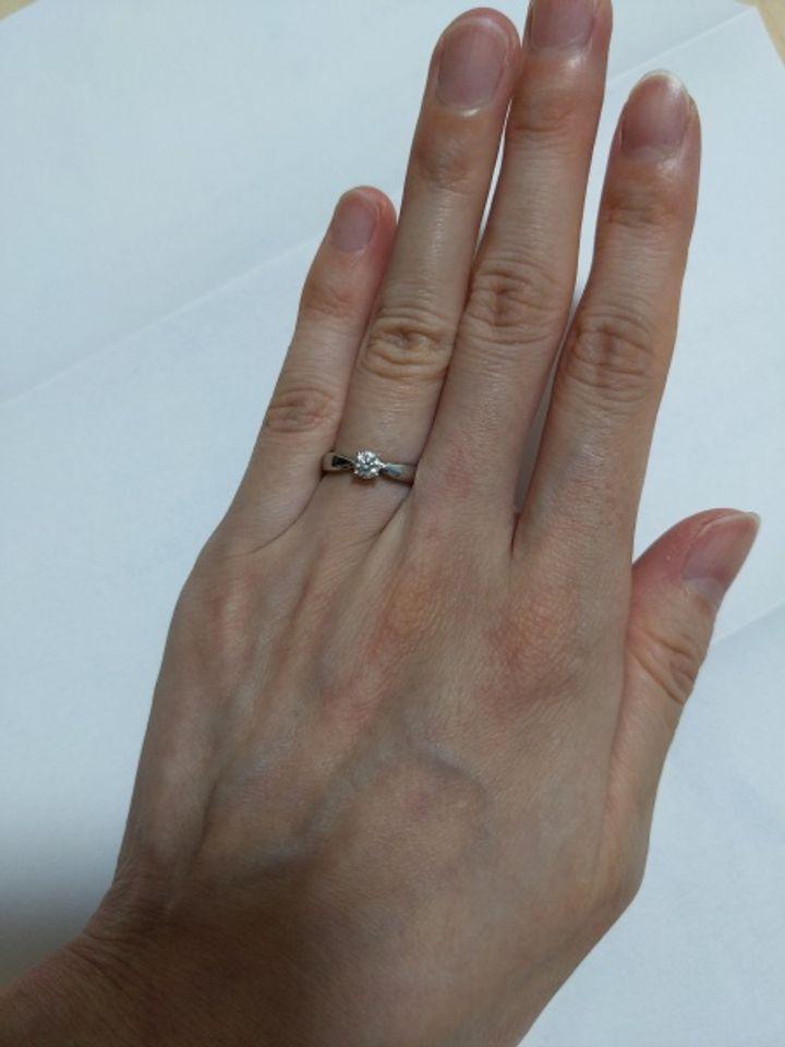 【ティファニー(Tiffany & Co.)の口コミ】 一粒ダイヤモンドは指がキレイに見える シンプルで細長い指には細めリング…