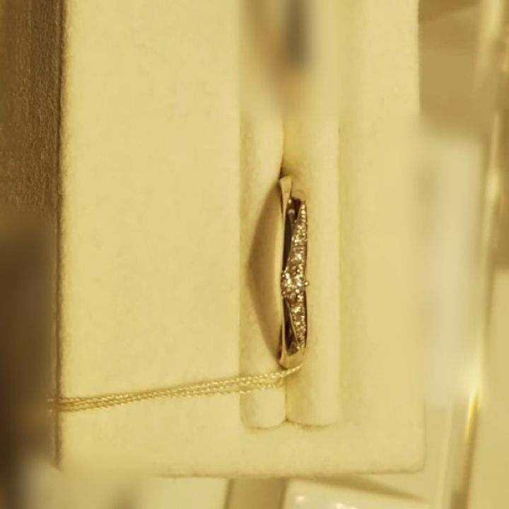 【festaria bijou SOPHIA(フェスタリア ビジュソフィア)の口コミ】 形としてはストレートリングですが、メレダイヤモンドの並びがV字型になっ…