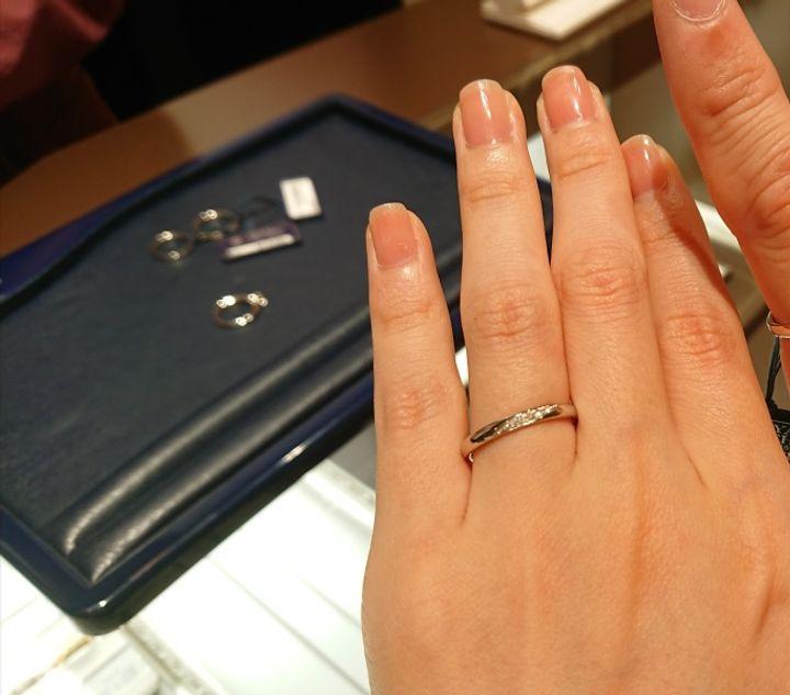 【ROYAL ASSCHER(ロイヤル・アッシャー)の口コミ】 ストレートのデザインながらも、斜めにダイヤモンドが入っていることで、…