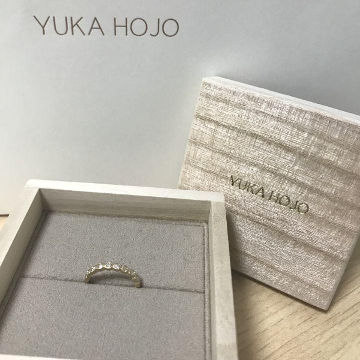 【YUKA HOJO jewelryの口コミ】 ハーフエタニティーの10個のダイヤが華やかです。ダイヤが引っかかりにく…