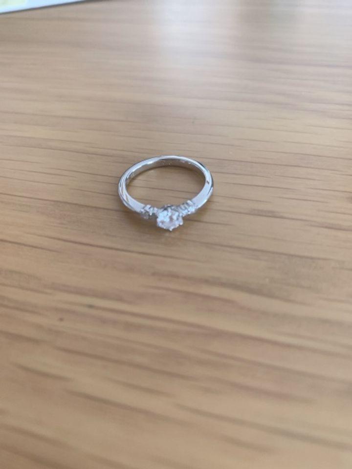 【ROYAL ASSCHER(ロイヤル・アッシャー)の口コミ】 指輪のデザインがどれも素敵でしたが、一際目を引いたのがこの指輪でした…