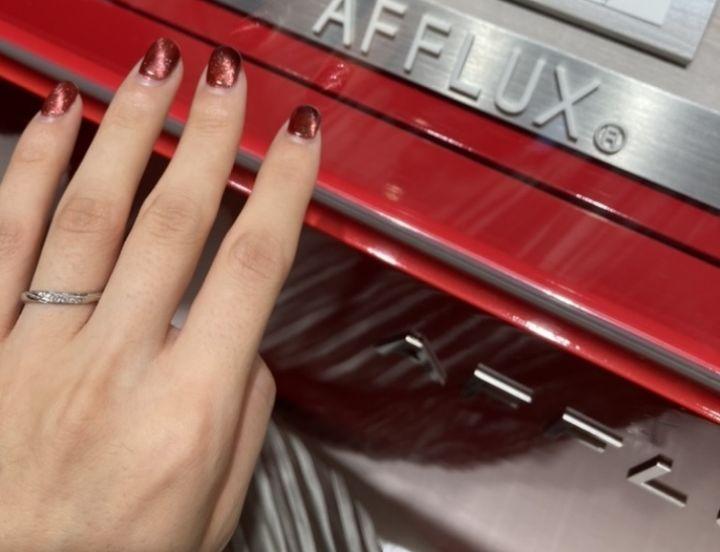 【AFFLUX(アフラックス)の口コミ】 ミル打ち加工が斜めに入っていて、ダイヤモンドもそれに沿って入っている…