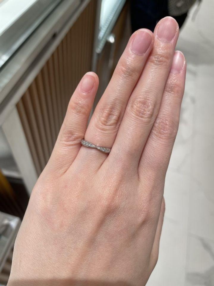 【ティファニー(Tiffany & Co.)の口コミ】 指輪のデザインは、真ん中になるにつれて細くなりメレダイヤがついてます…