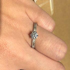 【ORECCHIO(オレッキオ)の口コミ】 センターのダイヤモンドを引き立てる感じで輝くサイドのダイヤもきれいな…
