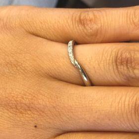 【ケイウノ ブライダル(K.UNO BRIDAL)の口コミ】 ラインが斜めになっているので指が長く綺麗に見えるのは良いです。またデ…