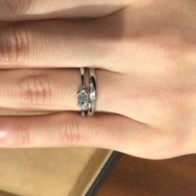【ORECCHIO(オレッキオ)の口コミ】 婚約指輪は中央がエメラルドカットのダイヤモンドであり、サイドにメレダ…