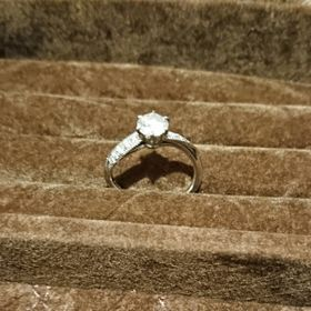 【ケイウノ ブライダル(K.UNO BRIDAL)の口コミ】 指輪をいくつか見てイメージを固め、S字カーブでミル打ちがあるものが良い…