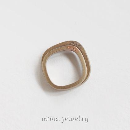 【mina.jewelry(ミナジュエリー)】側面にイニシャルをさりげなく添えたマリッジリング