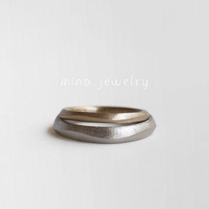 【mina.jewelry(ミナジュエリー)】波を描いたマリッジリング