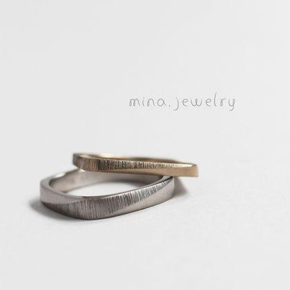 【mina.jewelry(ミナジュエリー)】ひねりに合わせたザクザク模様のマリッジリング