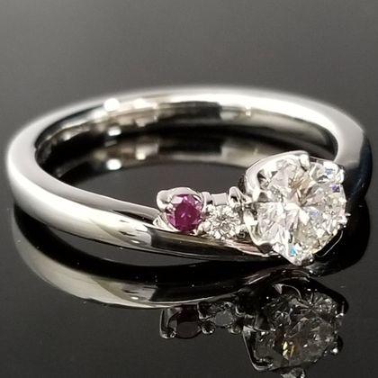 【TANZO(タンゾウ)】こだわりのパープルダイヤを添えた、V字のリング