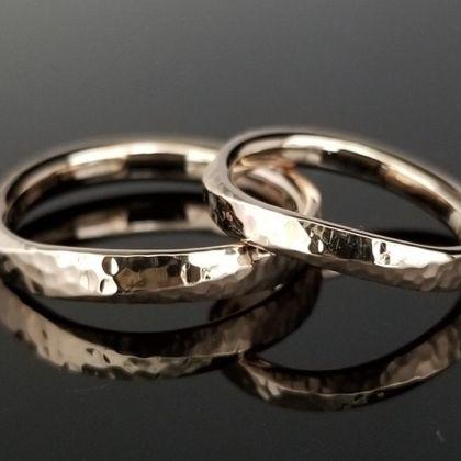【TANZO(タンゾウ)】細かな槌目とコーラルゴールドがマッチした結婚指輪