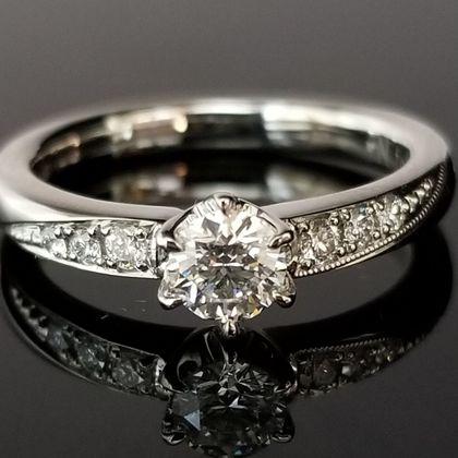 【TANZO(タンゾウ)】片側のミルがアクセントのご婚約指輪