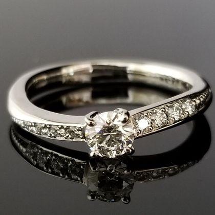 【TANZO(タンゾウ)】S字ウェーブのご婚約指輪