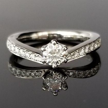【TANZO(タンゾウ)】V字のカーブの婚約指輪