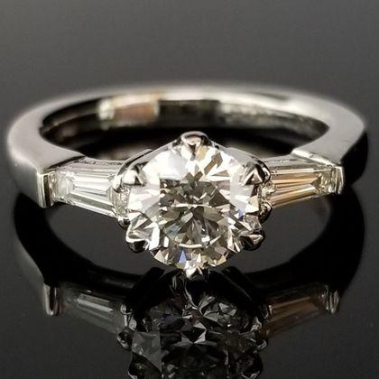 【TANZO(タンゾウ)】テーパーダイヤモンドでエレガントな婚約指輪
