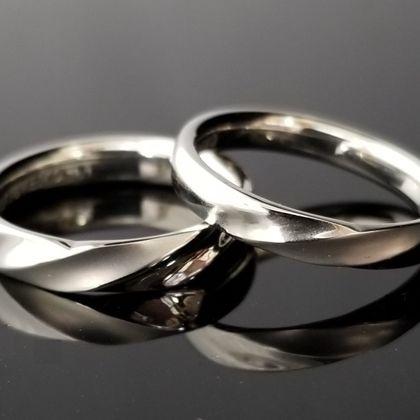 【TANZO(タンゾウ)】ストレートフォルムに加工するひねりデザインの結婚指輪