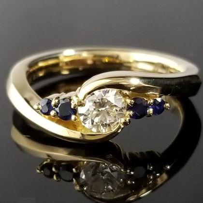 【TANZO(タンゾウ)】ダイヤモンドを包み込むようなゴールドの鍛造リング