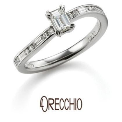 【ORECCHIO(オレッキオ)】サンダルウッド~S字の曲線の中に丸と四角のダイヤが流れるように留められた婚約指輪