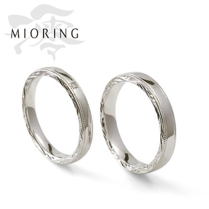 【MIORING(ミオリング)】MIORING  絲 -いと- 側面の和彫り彫刻がさりげなく煌めく鍛造結婚指輪