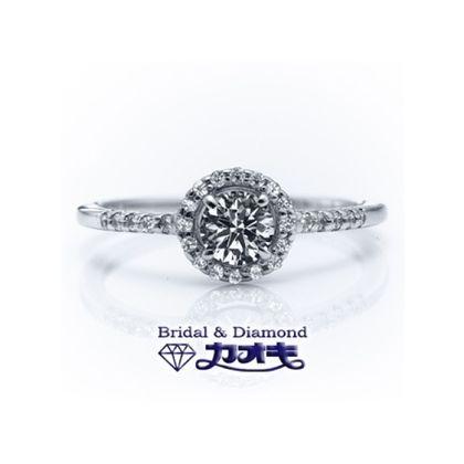 【カオキ ダイヤモンド専門卸直営店】囲みメレの豪華なリングは、細身のアームとのバランスで可憐な女性らしさを。
