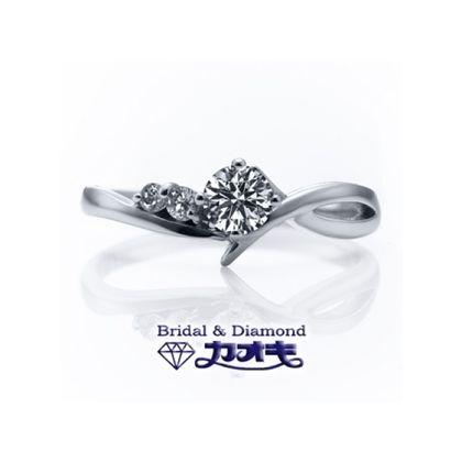 【カオキ ダイヤモンド専門卸直営店】アシンメトリーがオシャレさを際立たせ、曲線が美しく流れを作り出す。