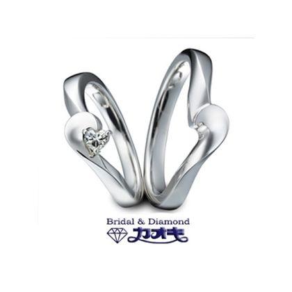 【カオキ ダイヤモンド専門卸直営店】エッジが効いたウェーブが美しいマリッジは、2人合わせるとハート型に。