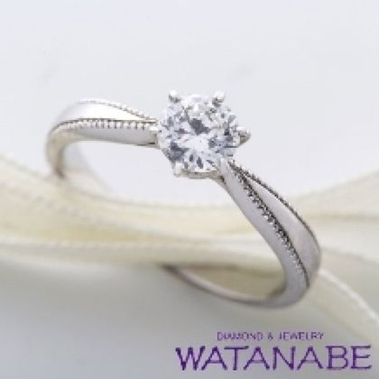 【WATANABE / 卸商社直営 渡辺】[WATANABE]ダイヤが引き立つシンプルエンゲージ。ミル打ちがとても印象的