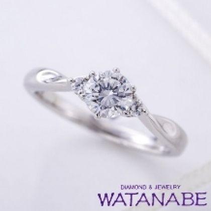 【WATANABE / 卸商社直営 渡辺】[WATANABE]サイドにメレダイヤをセット。ダイヤが大きく見える人気デザイン