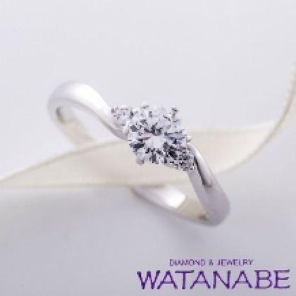 【WATANABE / 卸商社直営 渡辺】[WATANABE]指を長く見せるウェーブラインにメレを配し華やかさをプラス