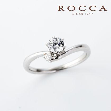【ROCCA(ロッカ)】【ROCCA】サイドメレが可愛い!V字のシンプルエンゲージリング