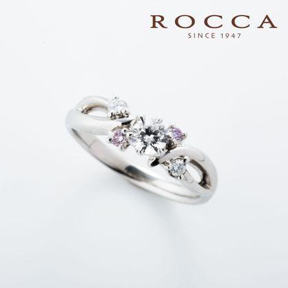 【ROCCA(ロッカ)】【ROCCA】さりげないピンクダイヤが可愛い!個性的なエンゲージリング