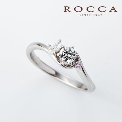 【ROCCA(ロッカ)】【ROCCA】さりげないピンクダイヤが可愛いエンゲージリング